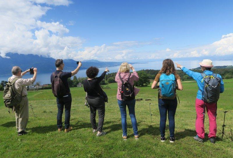 On admire le paysage avec vue sur le lac Léman.