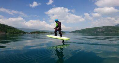 surf électrique dans le lac d'Annecy