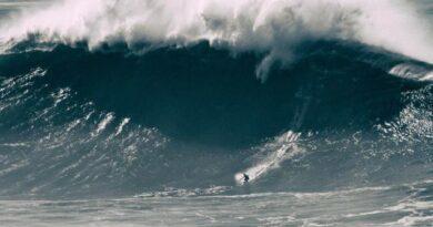 """Vidéo - Au Portugal, à Nazaré, la surfeuse Justine Dupont dompte """"la bombe"""" 5"""
