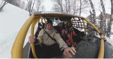 VIDEO - Aux 2 Alpes, un skieur freestyle défie un pilote de rallye 6