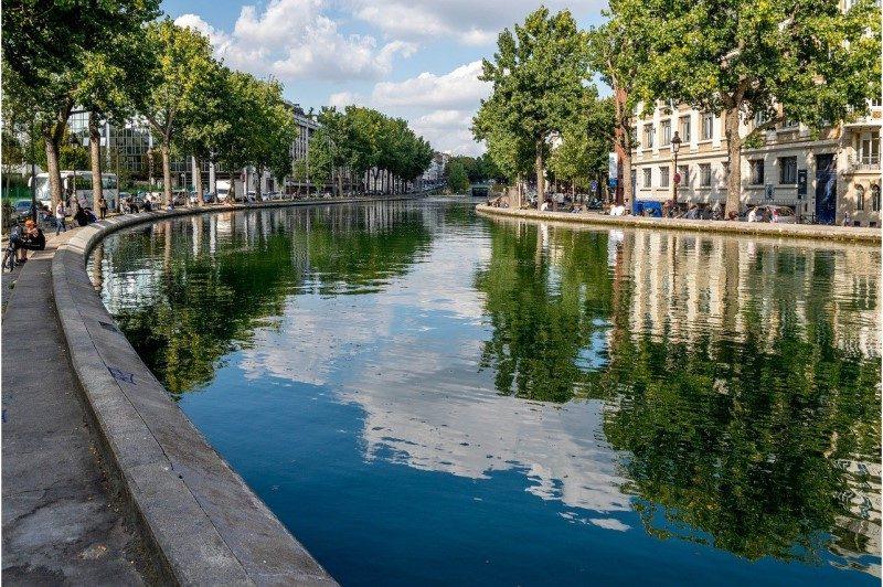 Une course de natation dans les eaux du Canal Saint-Martin à Paris début octobre 1