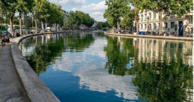 Une course de natation dans les eaux du Canal Saint-Martin à Paris début octobre 2